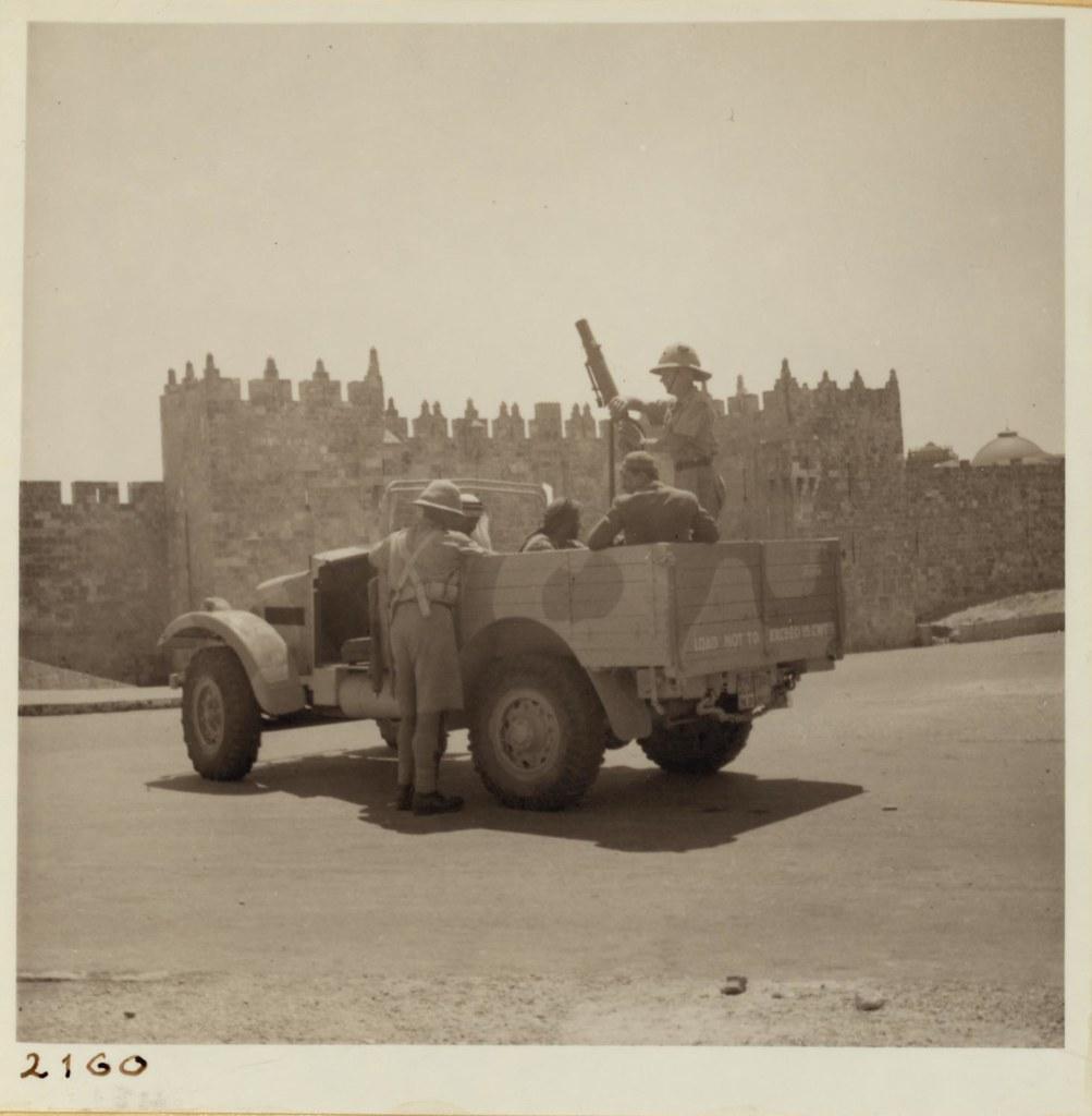 01. 28 августа. Скопление военных у Дамасских ворот в Иерусалиме