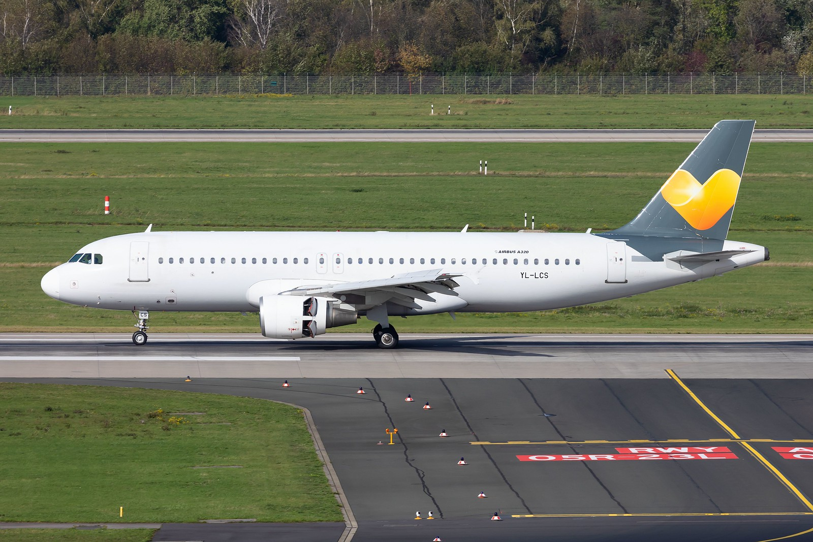 SmartLynx Airbus A320-214 YL-LCS