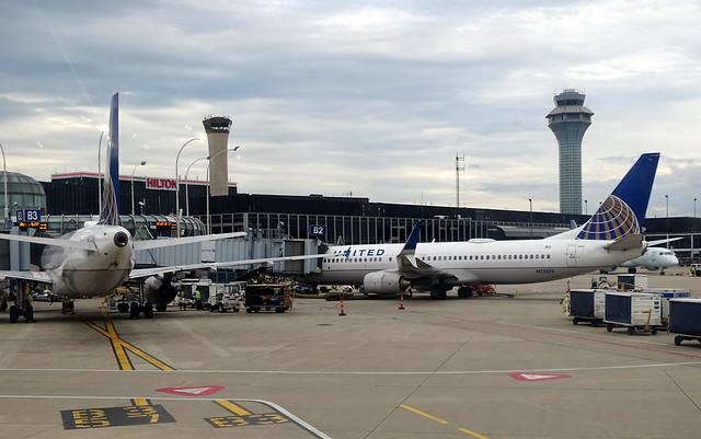 United Airlines Boeing 737-800 N73270
