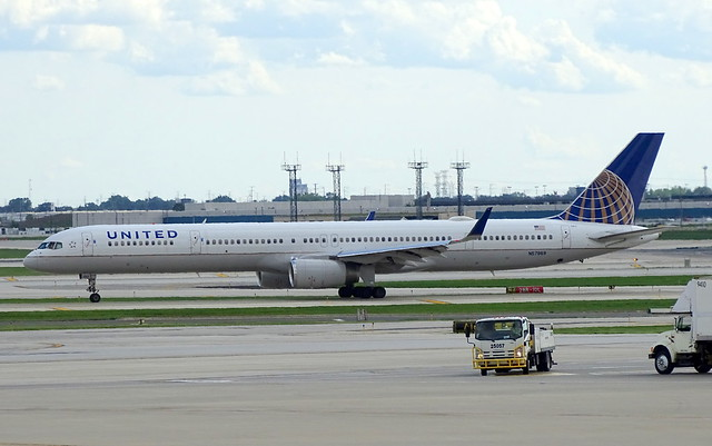 United Airlines Boeing 757-33N N57869