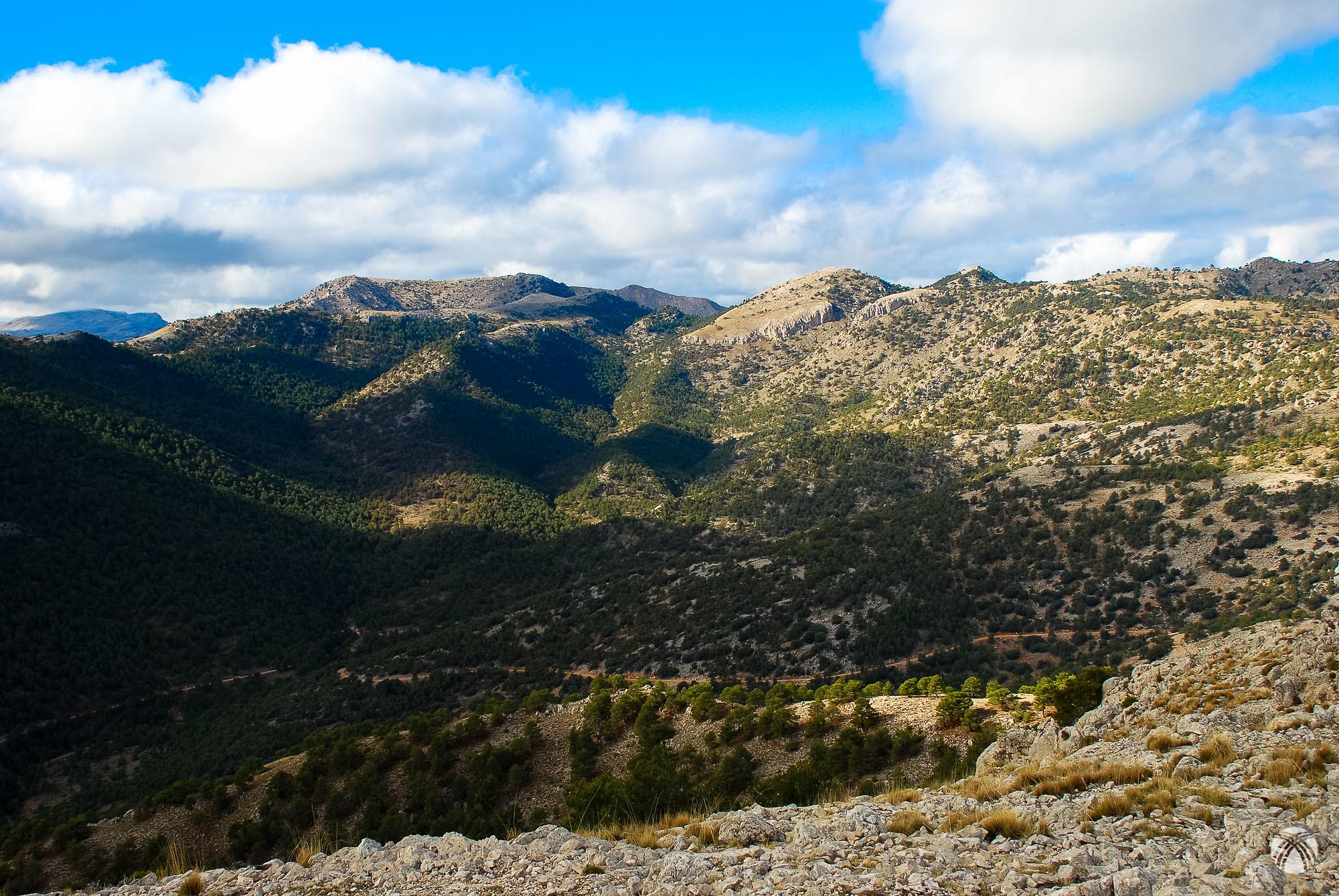 Barranco de los Macalones y los dos miles de la Sierra de las Cabras
