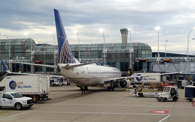 United Airlines Boeing 737-824 N37413