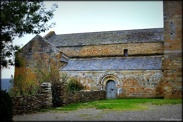Portail nord du prieuré et petit cimetière à gauche
