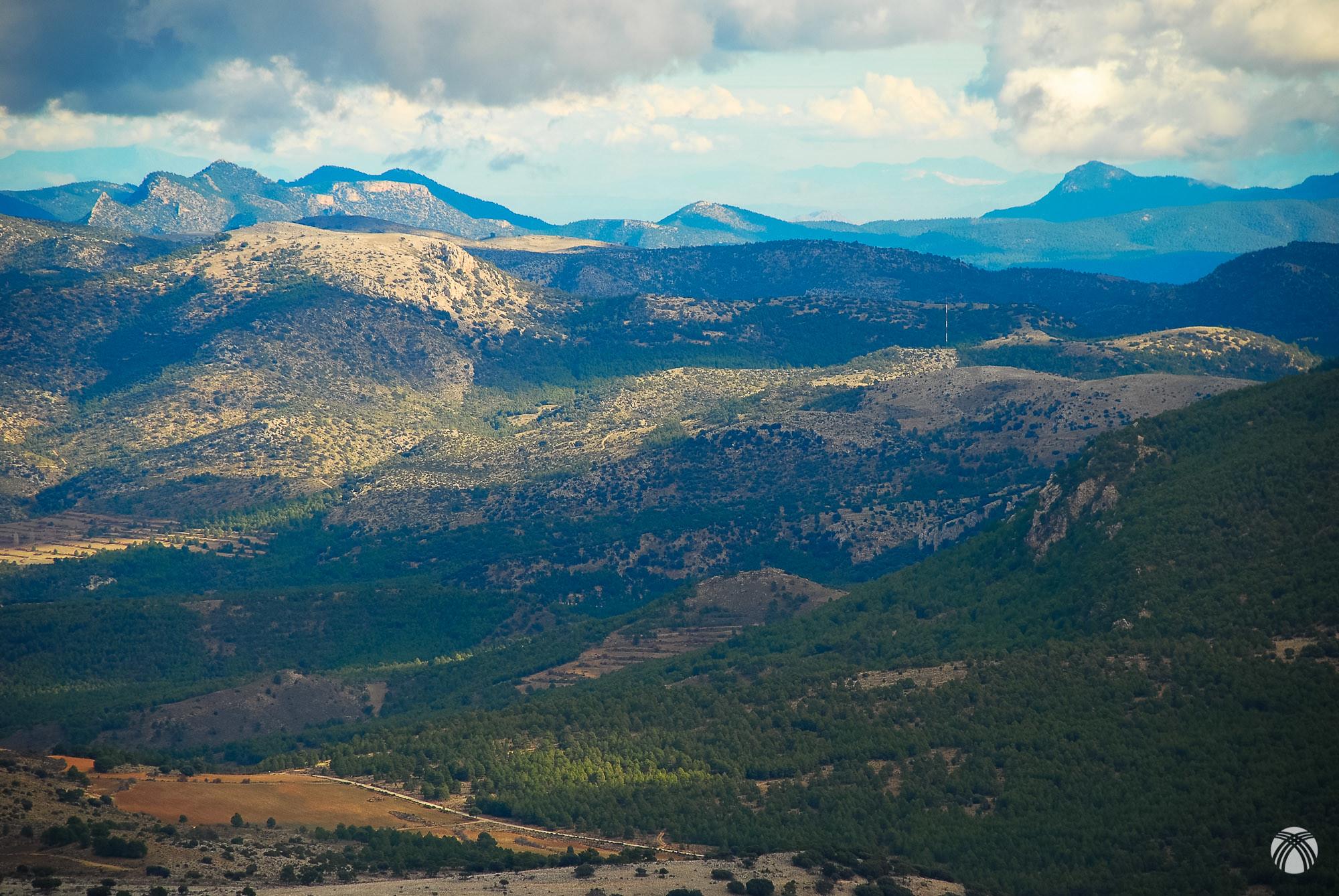 Las montañas del noroeste murciano: el Pajarón a la izquierda y el Buitre a la derecha. Al fondo las canteras ya en la provincia de Alicante