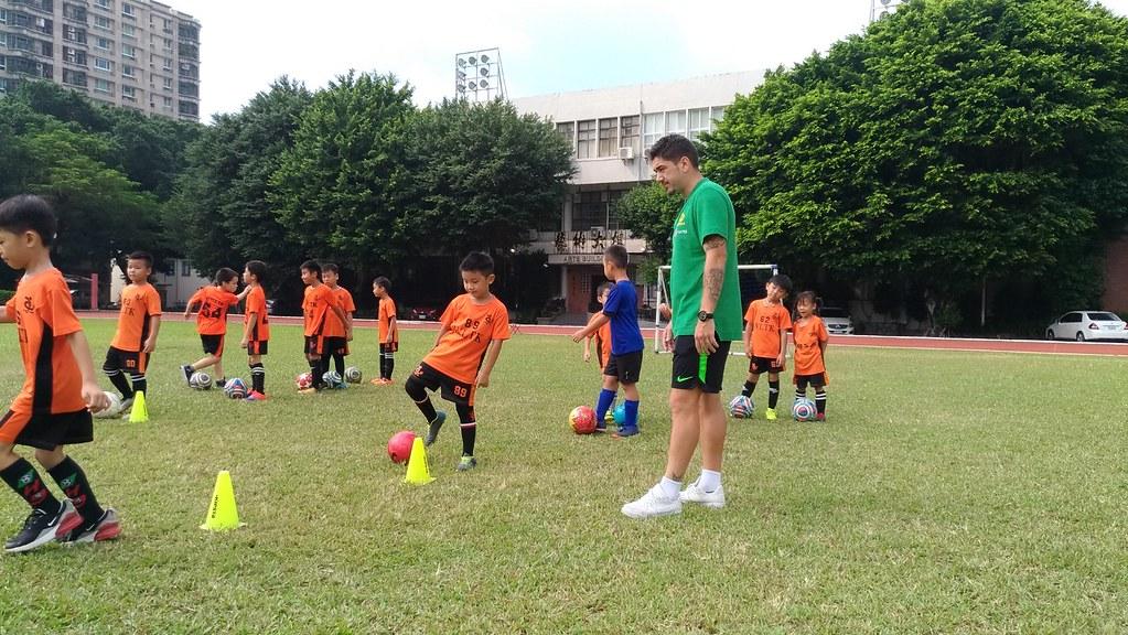 澳洲隊球星親自指導小球員技術。(中華足協提供)