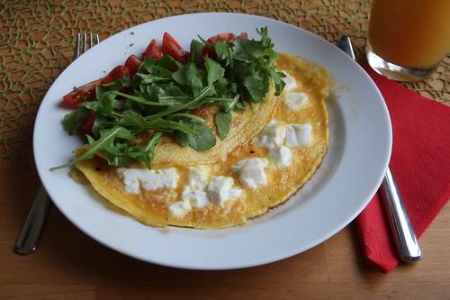 Omelett mit Ziegenfrischkäse, Tomaten und Rucola (mein Teller)