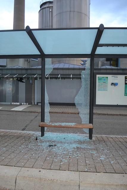 Pforzheim: Bushaltestelle Eutinger Straße - Scheibe zerbrochen - 12.10.2019