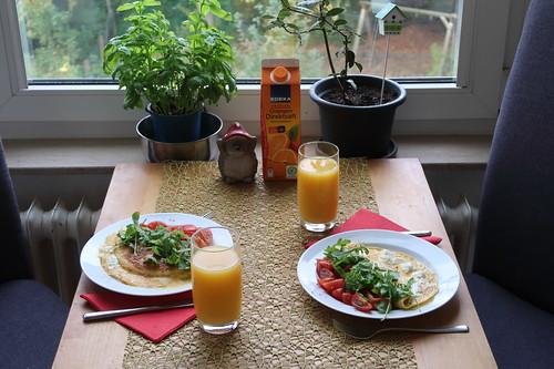 Omelett mit Ziegenfrischkäse, Tomaten und Rucola (Tischbild)