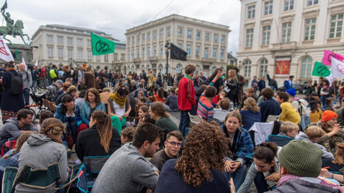 Százával állítottak elő klímatüntetőket Brüsszelben