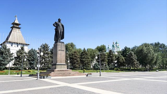 Памятник В.И. Ленину на площади у Астраханского кремля.