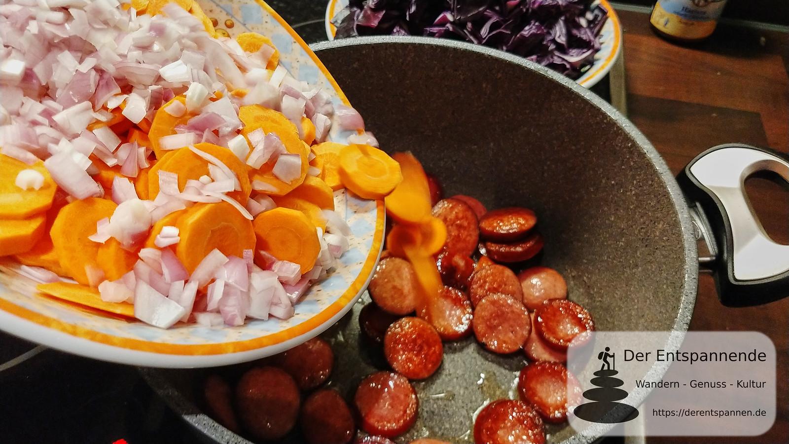 Cabanossi-Topf mit Rotkohl, Karotten und Maronen