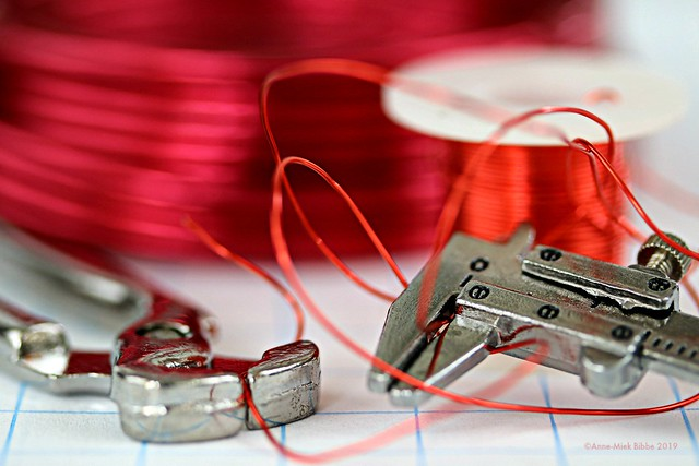 RED WIRE || ROOD IJZERDRAAD