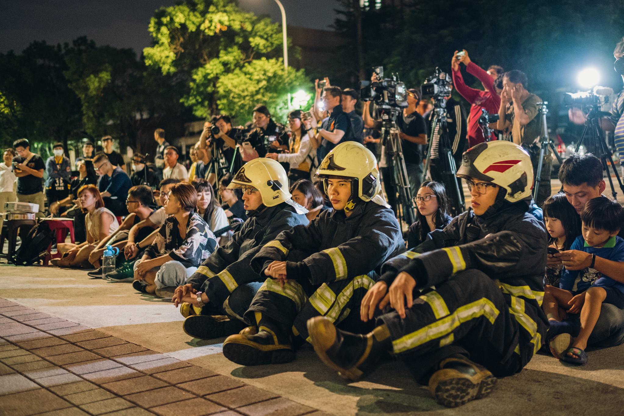 消權會日前舉辦殉職消防員追思晚會,徹夜靜坐要求修法保障消防員生命三權。(資料照片/攝影:唐佐欣)