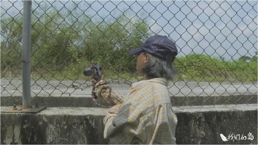 50多歲的鄭妙珍,六年前辭掉工作成為巡查志工,每天都到爐碴回填區觀察、拍照、做紀錄。