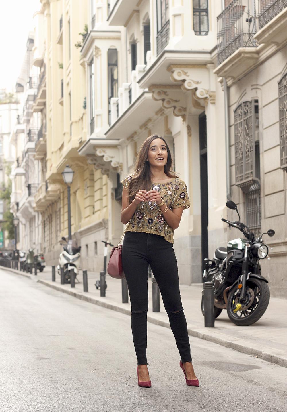 haut à sequins verts veste en jean noir tenue de style de la rue 20185