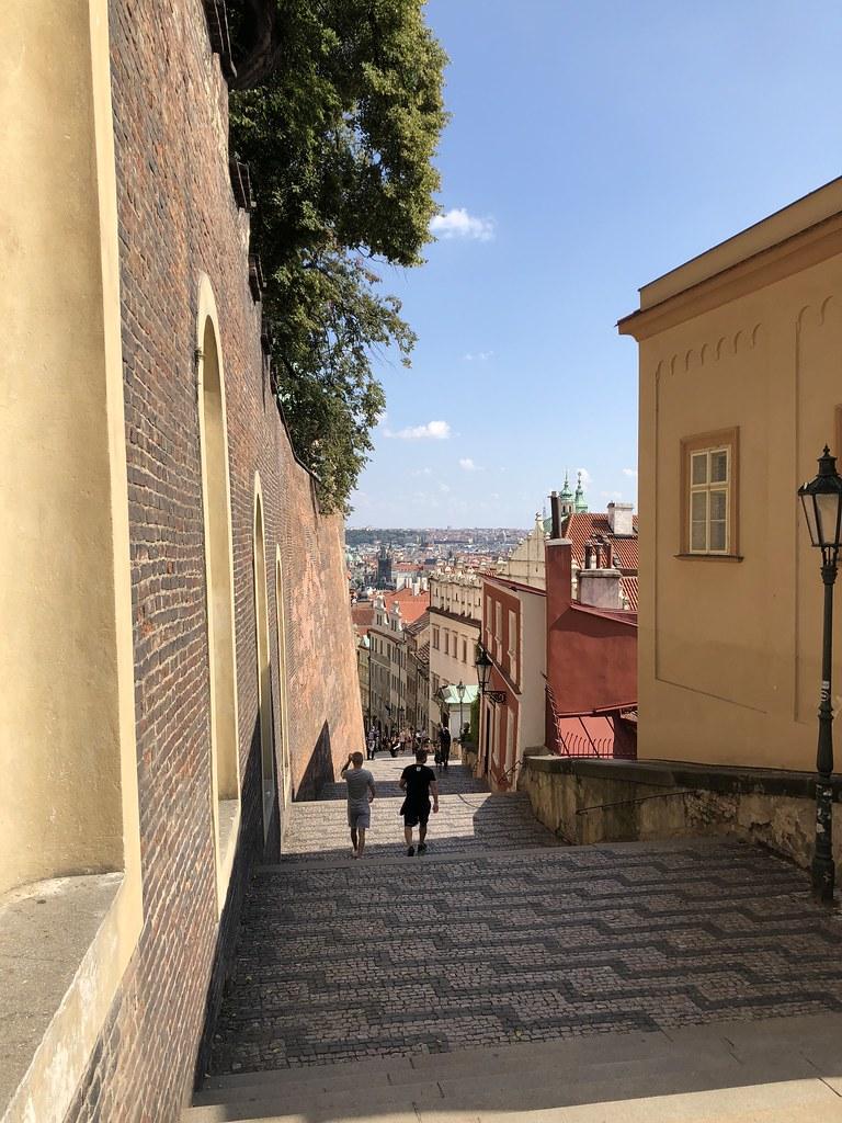 歩いてプラハ城へ!