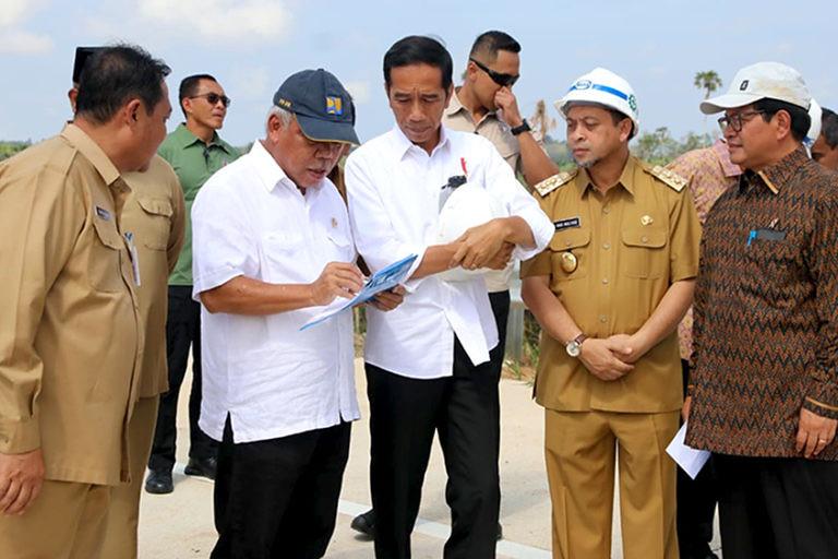 佐科威(中)與地方政府官員7月間訪視東加里曼丹省。照片提供:東加里曼丹省政府。