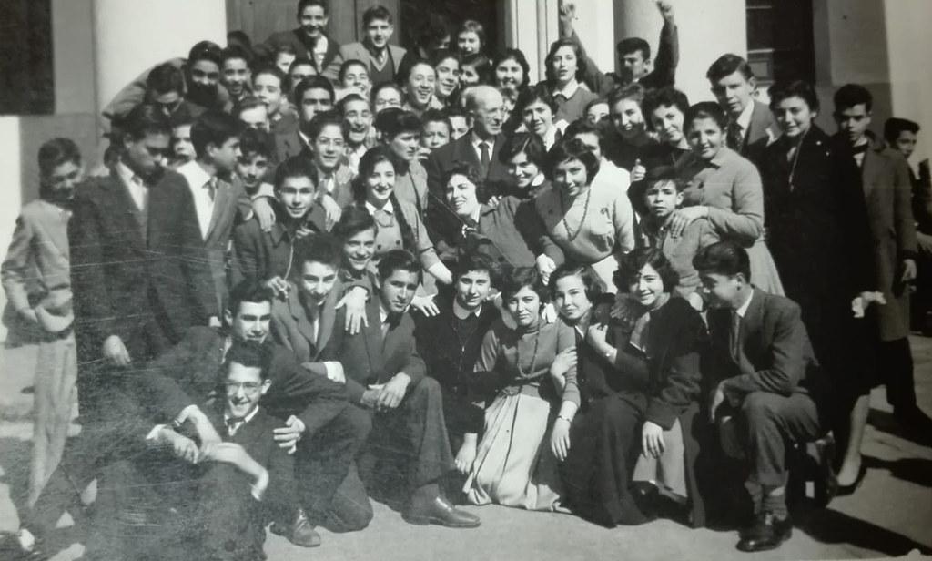 Emiliano Castaños con sus alumnos en el patio del instituto en 1958. Colección de Mary Carmen Butragueño Cerviño