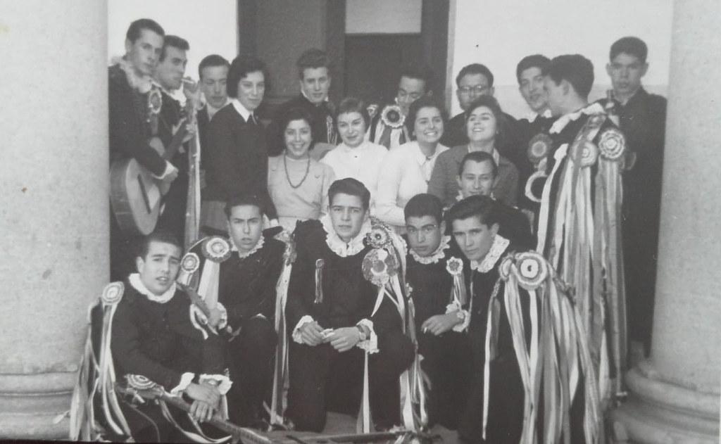 Alumnas del Instituto con unos tunos. Colección de Mary Carmen Butragueño Cerviño