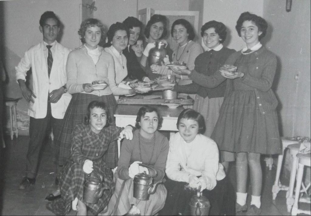 Alumnas del Instituto en la cocina preparando chocolate con churros en la fiesta de Santo Tomás de Aquino de 1958. Colección de Mary Carmen Butragueño Cerviño