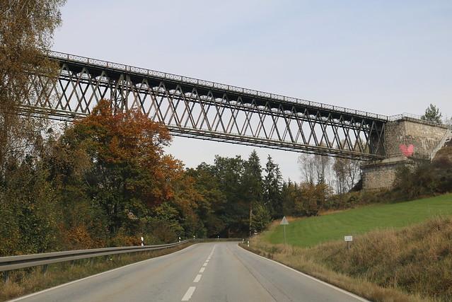 DB: Ohebrücke der Bayerischen Waldbahn über der Staatsstraße 2135 bei Regen