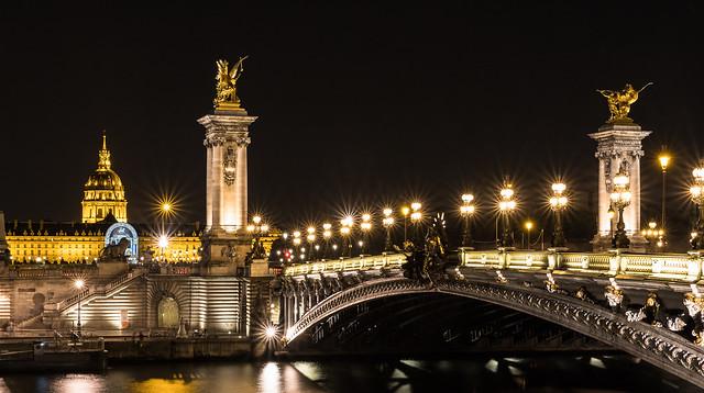 FQ97.  Paris la nuit , le dome des Invalides et le colonnes du pont Alexandre III