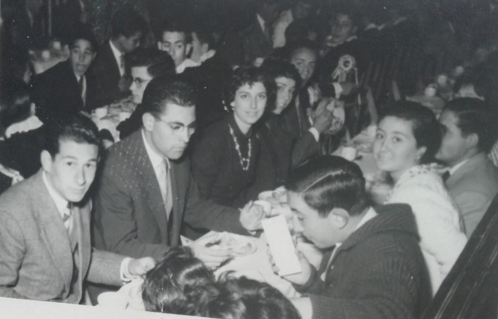 Fiesta de Santo Tomás de Aquino de 1959 durante el chocolate y churros que se servía a profesores y alumnos de 6º curso y preu en el Paraninfo. Colección de Mary Carmen Butragueño Cerviño