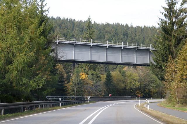 DB: Eisenbahnbrücke der Waldbahn über die B 11 (E 53) und den Großen Regen bei Rotkot