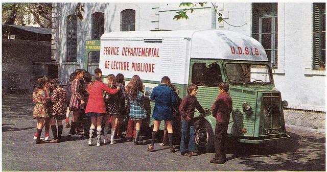 Postcard ''Découvrir la France'' La Bibliothèque ambulante 1968 - Les Nouvelles Editions de Paris  - Rue Jules Verne Paris 11ème