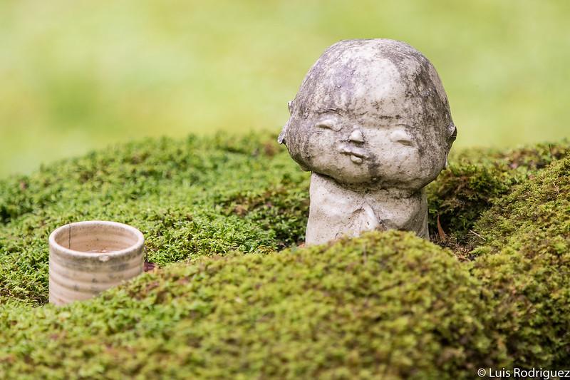 Pequeño Jizo entre el musgo, en plena naturaleza