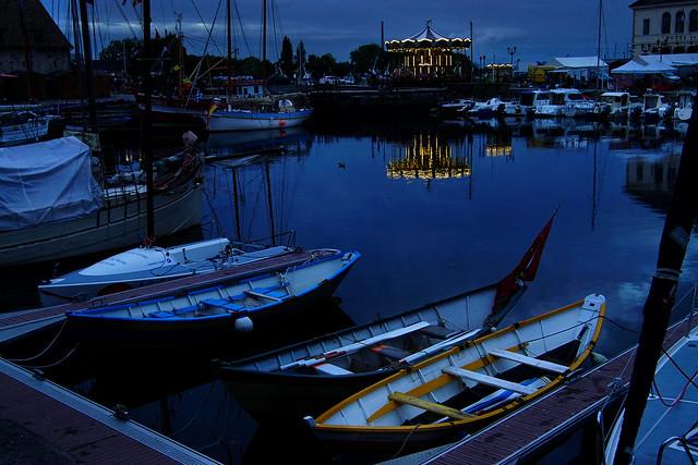 Reflets d'or dans un port bleu.