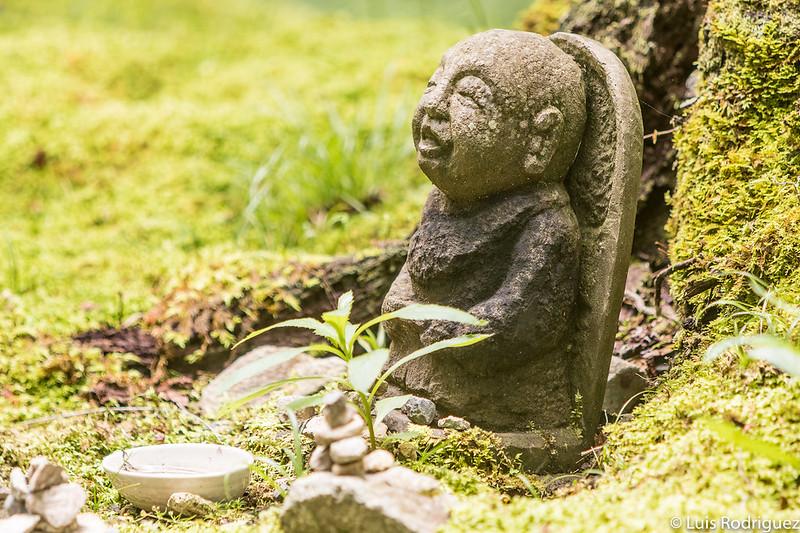 Pequeñas estatuas en plena naturaleza