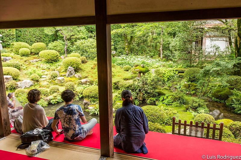 Tomando un té frente a los jardines del templo Sanzen-in de Ohara