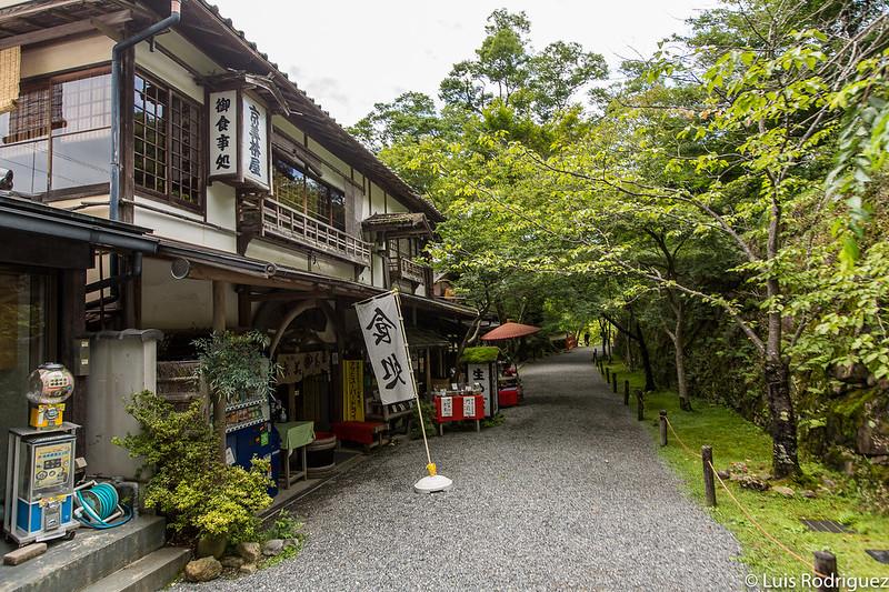 Tiendas y restaurantes cerca del templo Sanzen-in