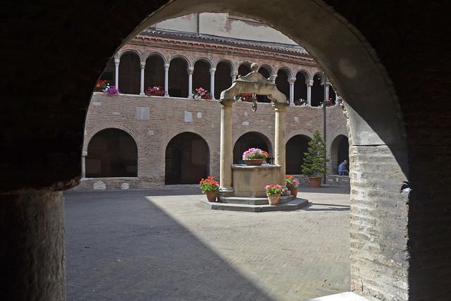 2019.06.164 BOLOGNE -  Basilique San Stefano, le cloître