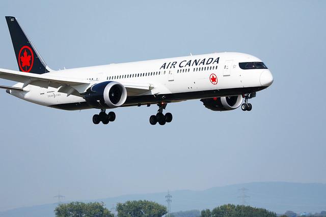 Air Canada, Boeing Dreamliner B787-9 approaching runway