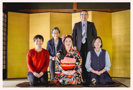 成人式前撮り 金屏風の前で家族の集合写真