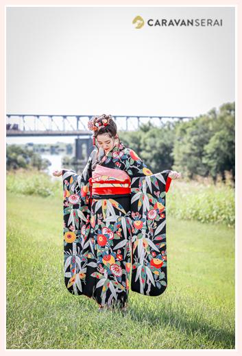 成人式前撮り 河川敷でロケーション撮影 袖を持ち上げるポーズ