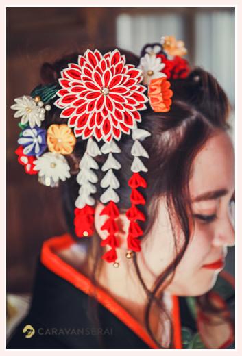 成人式前撮り ヘアスタイル 赤い花の髪飾り