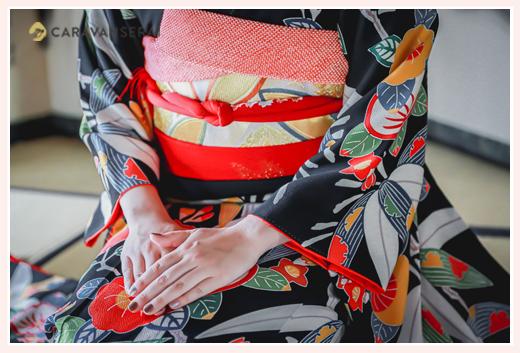 成人式前撮り 黒の着物と赤い帯 ベージュのネイル