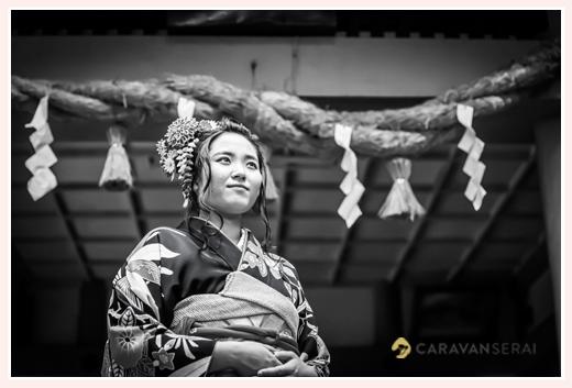 成人式前撮り 神社へお詣り モノクロ写真