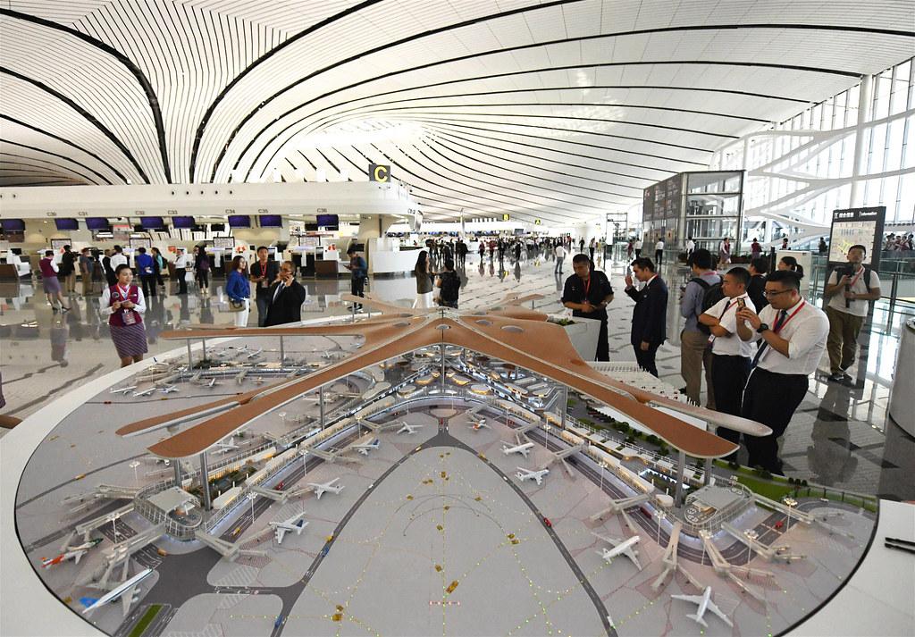航站樓內的大興機場全貌模型。圖片來源:Alamy