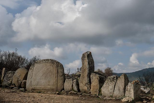 Area Archeologica e Nuraghe S'Ortali 'e Su Monti(tomba dei giganti)