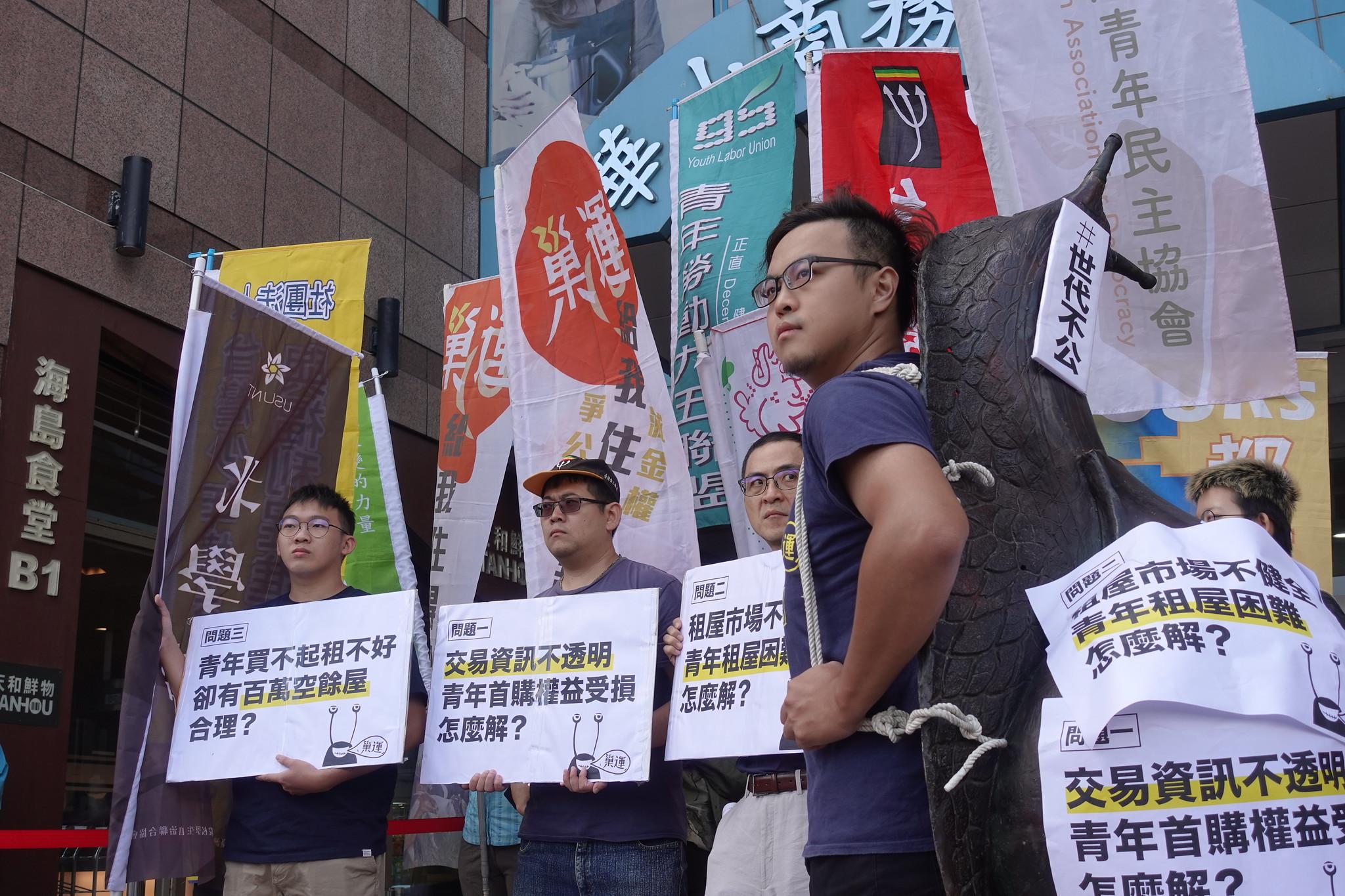 巢運團體到民進黨中央黨部,邀請參與青年安居論壇。(攝影:張智琦)