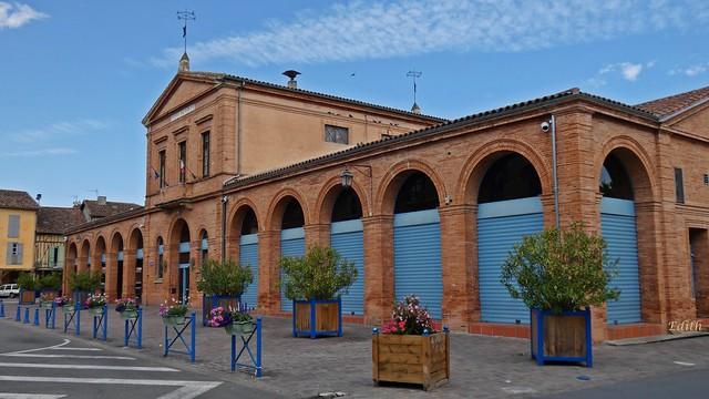 Mairie et ses 2 halles du XIXe siècle...L'Isle-en-Dodon,