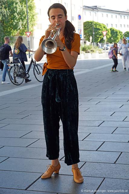 Andrea Mottis: trumpet - Flashmob am Hauptbahnhof Salzburg