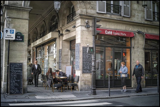 A l'angle de la rue de Rivoli et de la rue d'Alger * Paris