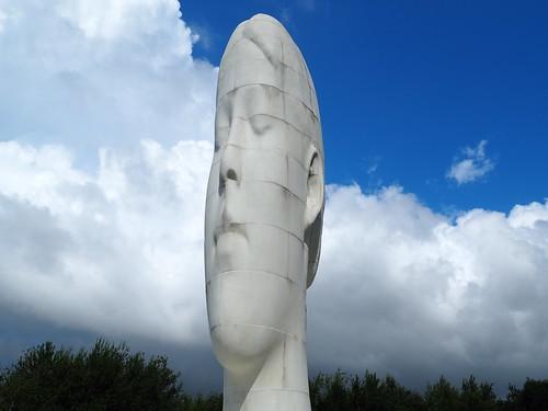 Dream (sculpture) by Jaume Plensa in Sutton_St Helens_St.Helens_Merseyside_P8010033 per Teresa Grau Ros a Flickr