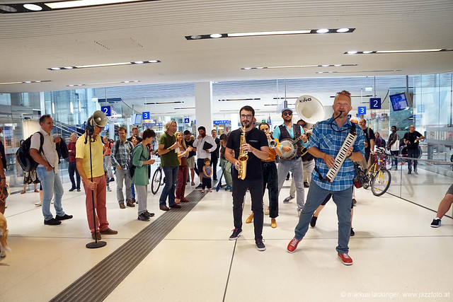 Flashmob am Hauptbahnhof Salzburg