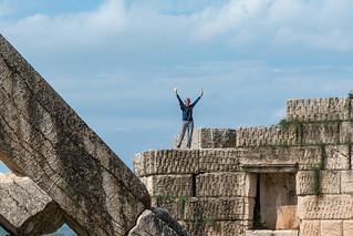 Touristin auf der Stadtmauer des antiken Messene am arkadischen Tor
